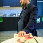Michal Hroza na vernisáži německé verze výstavy Ještě jsme ve válce