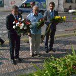 Lubomír Zaorálek, Zorjan Popaďjuk a Jevhen Perebyjnis u pomníčku Marie Charouskové na Klárově