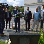 Zdeněk Hazdra u pomníčku Marie Charouskové na Klárově