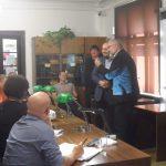 Ředitel Muzea SNP Stanislav Mičev předává řediteli ÚSTR Zdeňku Hazdrovi záznamy o československých občanech v sovětských zajateckých táborech