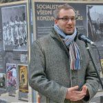Ondřej Matějka, náměstek ředitele ÚSTR, při zahájení výstavy Komunismus a jeho epocha před Národní technickou knihovnou v Praze