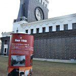 Výstavní sloup na náměstí Jiřího z Poděbrad