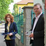 Umísťování pamětní tabulky Karla Strmisky ve Vysočanech