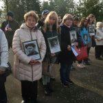 Zástupci české komunity a ukrajinských přátel s portréty českých obětí Velkého teroru v Žytomyru.