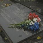 U památníku je i pamětní deska připomínající české oběti politických represí