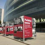Výstava Počátky teroru před Národní technickou knihovnou v Praze