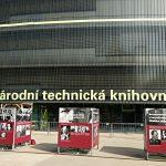 Výstava Počátky teroru před Národní technichnickou knihovnou v Praze