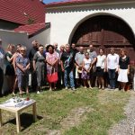Umísťování pamětní tabulky knězi Františku Pařilovi v Horním Újezdu