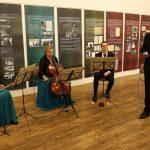 Přednášku Zdeňka Hazdry hudbou doprovodilo komorní trio